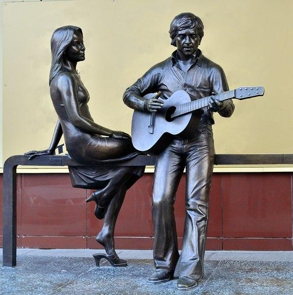 У памятника Высоцкому