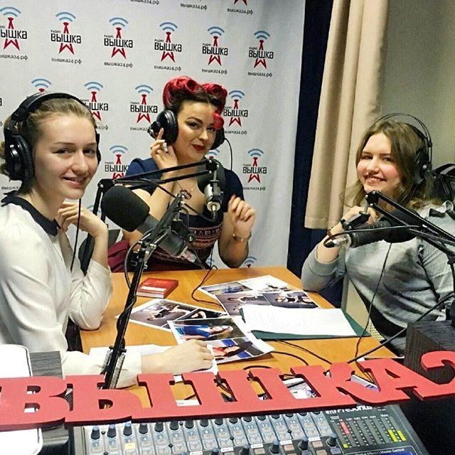 Какие гости - такое и радио! В данном случае - яркое и вдохнвляющее) Очаровательная @rockabillymammy и не менее очаровательные ученицы ...